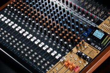 5 motivations why every DJ should learn to work with a LIVE mixer