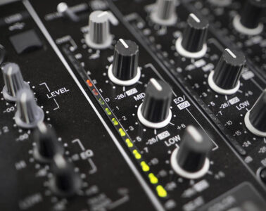 How to mix with an equalizer like a professional DJ